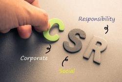 Symbolfoto: Die Buchstaben CSR (Corporate Social Responsibility) liegen auf einem Tisch