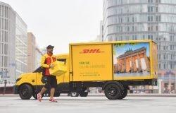 StreetScooter der Deutschen Post DHL Group bei der Zustellung in Berlin