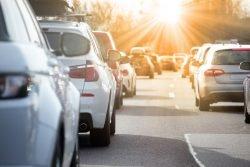 Eine Kolonne von Autos steht auf der autobahn im Stau.