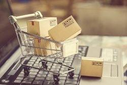 Einkaufswagen, der auf einer Tastatur steht, als Symbolbild für Onlineshopping