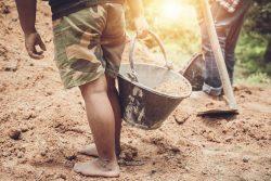 Bild von Kinderarbeit als Symbolbild für die Notwendigkeit eines Lieferkettengesetzes.