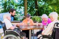 Klimaanpassung in sozialen Einrichtungen erhöht die Lebensqualität z.B. von Seniorinnen.